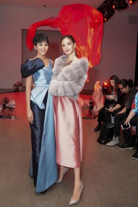 H'Hen Niê đọ sắc cùng Hoa hậu Hoàn vũ 2018 tại Tuần lễ Thời trang New York