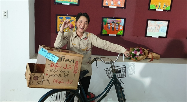 San khau Hoang Thai Thanh 'mo cua hang tap hoa' mung sinh nhat
