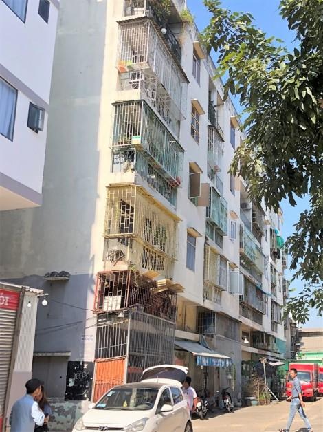 Tháo dỡ chung cư mới xây 20 năm đã lệch, lún tại Q.1