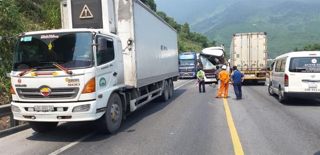 Xe container dau dau xe khach tren duong dan Hai Van, 11 nguoi bi thuong