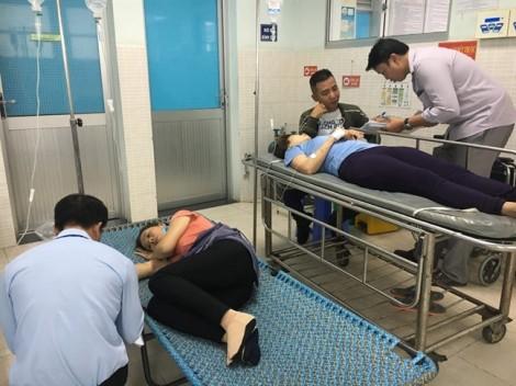 Sau bữa cơm chay, hàng chục công nhân phải nhập viện cấp cứu