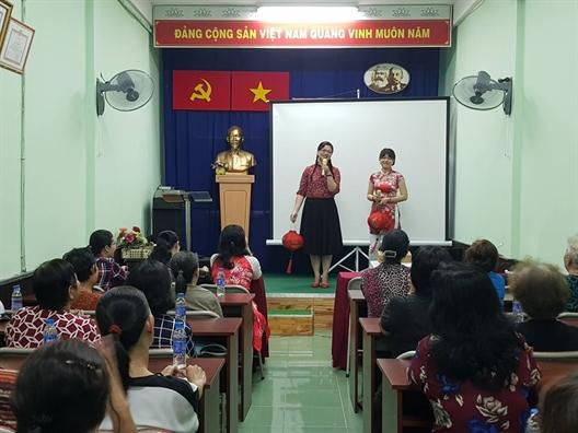 Quan 8 va 11: Trao qua tet Nguyen Tieu cho hoi vien phu nu dan toc Hoa