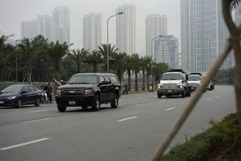 Đoàn xe phủ bạt đen chở thiết bị phục vụ Tổng thống Mỹ về tới khách sạn ở Hà Nội