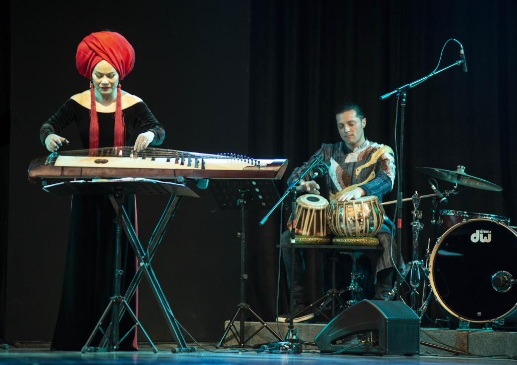 Nghe si Viet doi thoai cung world music
