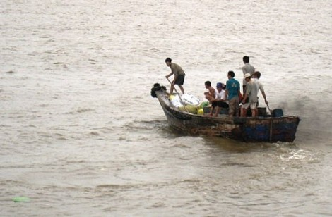 Tìm kiếm hai cha con bị sóng hất văng xuống biển mất tích