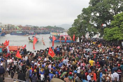 Ngàn người chen lấn, leo mái nhà xem đua thuyền ở ngôi đền thiêng nhất xứ Nghệ