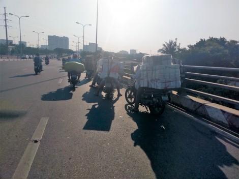 'Xe mù' xếp hàng dài trên cầu Lò Gốm trốn cảnh sát giao thông