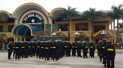 Hàng trăm người chờ đón nhà lãnh đạo Triều Tiên tại Lạng Sơn