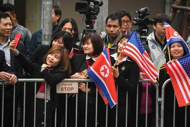 Chu tich UBND TP Ha Noi tang hoa chao mung Chu tich Kim Jong-un