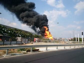 Cháy xe bồn, giao thông tắt nghẽn tại TP.HCM