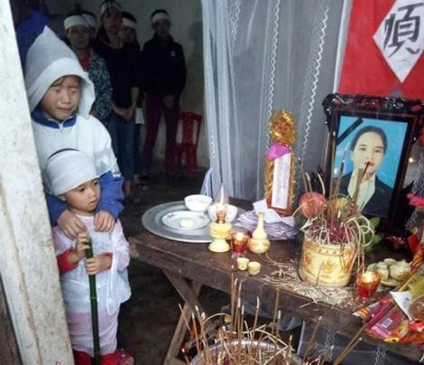 Tiếng khóc xé lòng của hai đứa trẻ mồ côi bên quan tài mẹ