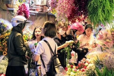 Lượng hoa cho 8/3 tăng mạnh, khách đặt hàng trước cả tháng để có giá tốt