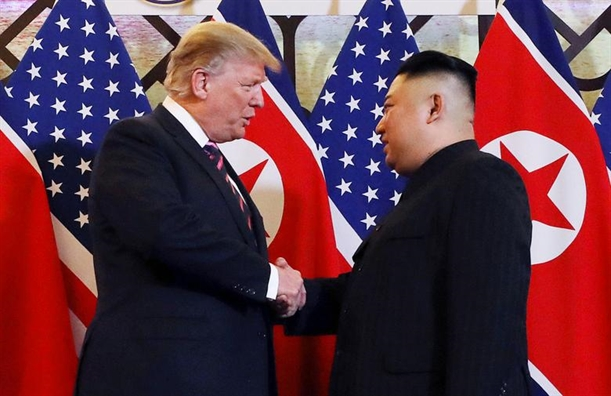 Cai bat tay cua Tong thong Trump va Chu tich Kim tai Ha Noi lot top anh trong tuan