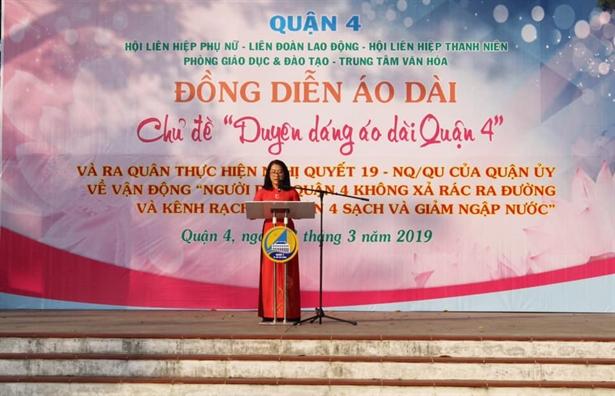 Quan 4: Hang ngan nguoi dan co vu chuong trinh dong dien ao dai