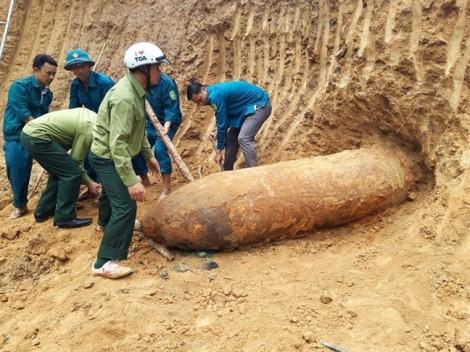 Quả bom 'khủng' dài 2,5 mét nằm cạnh nhà dân suốt nhiều năm liền