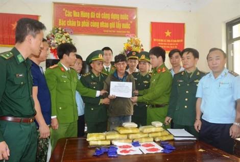 Bắt một thanh niên Lào mang 60 ngàn viên ma túy băng rừng vào Việt Nam