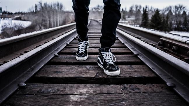 Bi tau hoa dam vang xuong song Hong khi dang di bo tren… duong ray