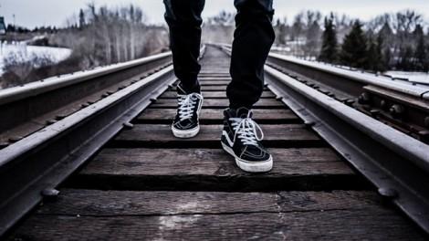 Bị tàu hỏa đâm văng xuống sông Hồng khi đang đi bộ trên… đường ray