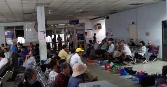 Xếp hàng từ 3 giờ sáng, người bệnh đặt chai nước, túi xách... để giữ chỗ khám bệnh