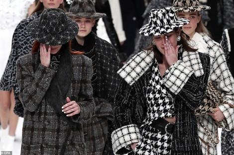Nhiều người mẫu bật khóc khi trình diễn bộ sưu tập cuối của Karl Lagerfeld