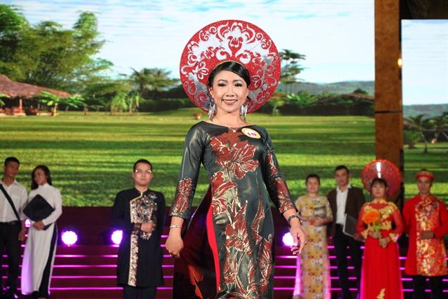 Hoi thi 'Duyen dang ao dai quan 10': Chuyen nghiep, hoanh trang