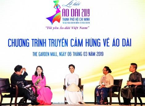 Hoa hậu Hoàn vũ H'Hen Niê trao tặng áo dài thổ cẩm cho Bảo tàng Áo dài