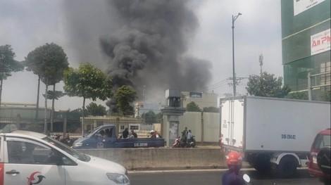 Kho hóa chất bốc cháy ngùn ngụt, cả khu dân cư hoảng loạn