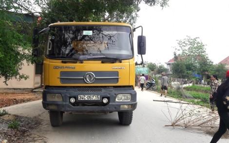 Bé gái 3 tuổi bị xe tải tông tử vong khi chạy theo mẹ sang đường
