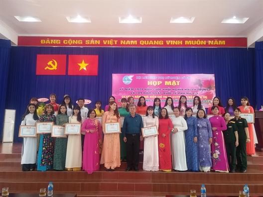 Huyen Cu Chi: Trao tang 300 cay chuong vang gop xanh khu pho, ap