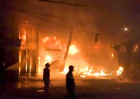 6 người thoát chết khi đang ngủ trong xưởng ô tô bất ngờ bốc cháy giữa đêm