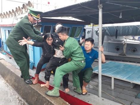 Hai bình gas va chạm phát nổ trên tàu cá, 5 người trọng thương