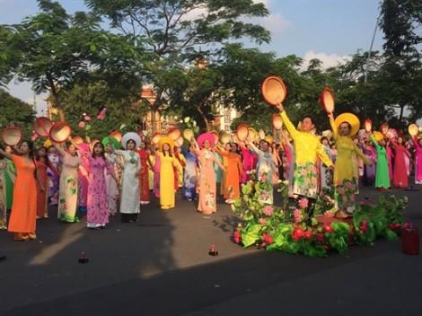 Quận Phú Nhuận: 500 phụ nữ tham gia 'Vũ điệu đồng diễn với áo dài'