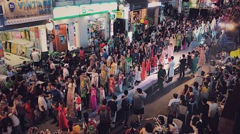 Học sinh và du khách cổ vũ Lễ hội Áo dài