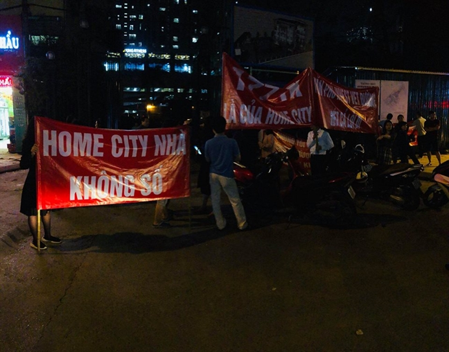 Ha Noi: Mua chung cu khong loi di, hang nghin cu dan Home City lo bien thanh 'ca trong ro'
