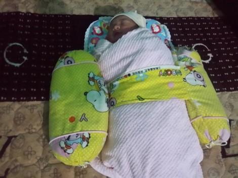 Bé gái sơ sinh tím tái nằm trong túi ni lông cạnh bãi rác