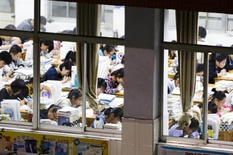 Trường học tách riêng nam nữ để ngăn ngừa những mối tình học trò