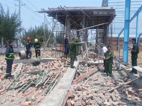 Vĩnh Long: Sập tường công trình, ít nhất 8 người thương vong