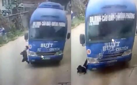 Tài xế xe buýt bẻ lái cứu bé trai 6 tuổi bất ngờ chạy sang đường
