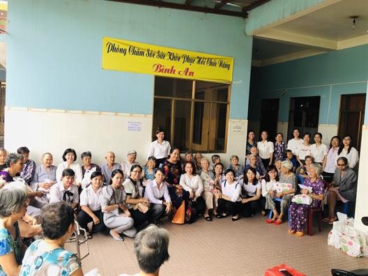 Quan Tan Phu: Tang qua cho nguoi gia neo don va tre em mo coi