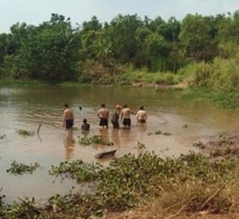 Trượt chân xuống hồ thủy lợi khi đi mò cua, 3 bà cháu chết đuối thương tâm