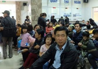 Hơn 1.500 em nhỏ mỏi mệt, khóc lả người tại bệnh viện chờ xét nghiệm sán dải heo