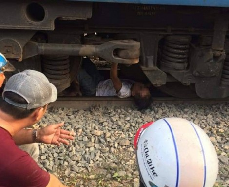 Gia đình người đàn ông bị kẹt dưới gầm tàu lửa nói gì khi ông được cứu sống?