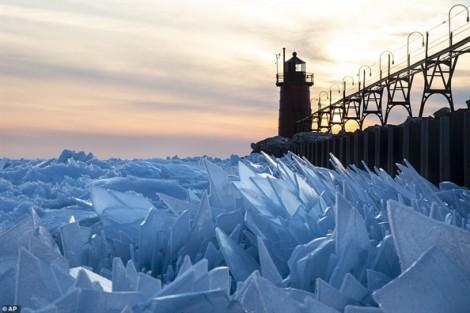 Xuân sang, hồ Michigan hóa tác phẩm băng tuyệt mỹ