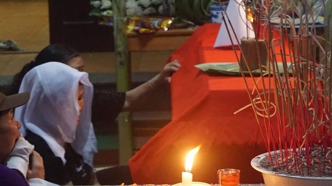 Hoa Binh: Dem trang khan tang tren con pho co 8 hoc sinh tu vong do duoi nuoc
