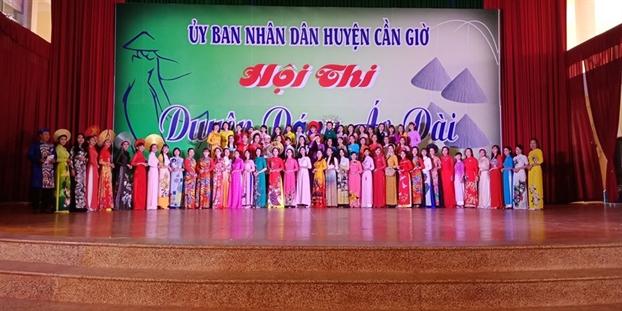 Huyen Can Gio: Nhieu gia dinh hai, ba the he huong ung Le hoi ao dai