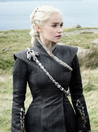 'Mẹ Rồng' Emilia Clarke quyến rũ từ màn ảnh đến đời thực