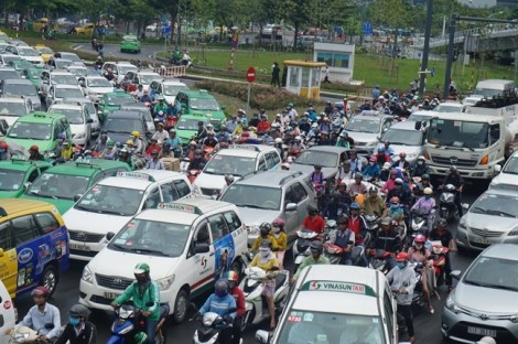 Ông Nguyễn Thành Phong đề nghị tập trung giảm ùn tắc ở sân bay Tân Sơn Nhất, cảng Cát Lái