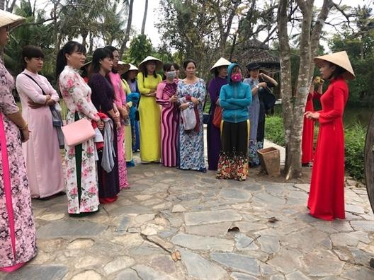 Huyen Nha Be: Dua ao dai thanh xu huong thoi trang