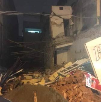 Nhà hai tầng đổ sập gây náo loạn cả khu phố sầm uất trong đêm
