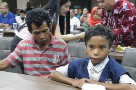 Cậu bé khuyết tật giúp du khách thoát khỏi động đất